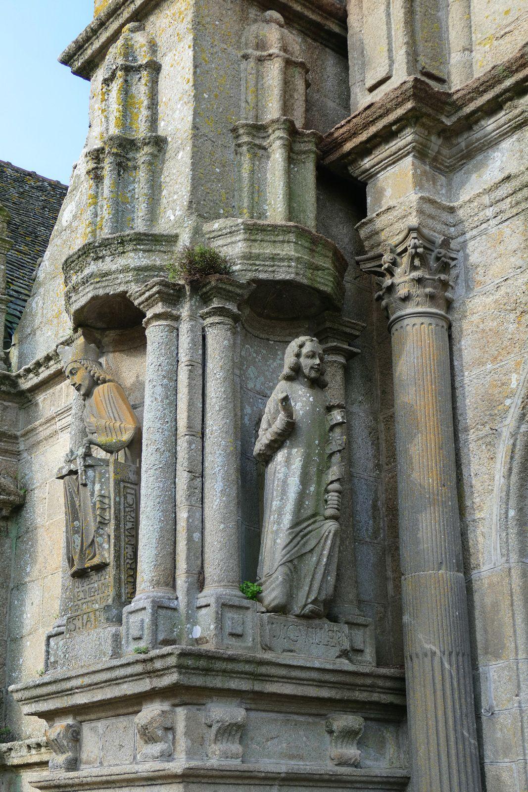 Annonciation (kersanton, Roland Doré, v. 1625)  contrefort ouest du clocher-porche de l'église de Saint-Thégonnec. Photographie lavieb-aile.