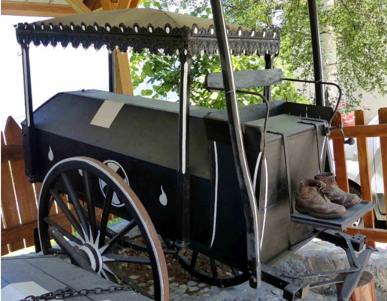 Corbillard à 2 roues doté d'un coffre.