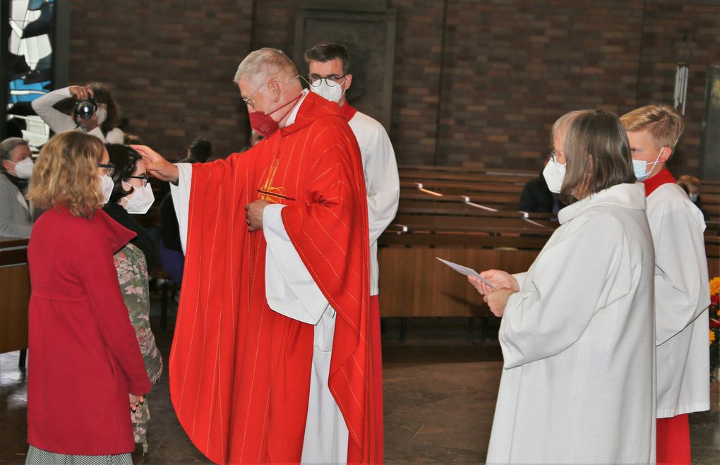 Nach dem Taufbekenntnis der Firmlinge breitete der Pfarrer die Hände über jedem Firmling aus und rief den Heiligen Geist auf ihn herab (für weitere Fotos rechts auf Pfeil klicken).