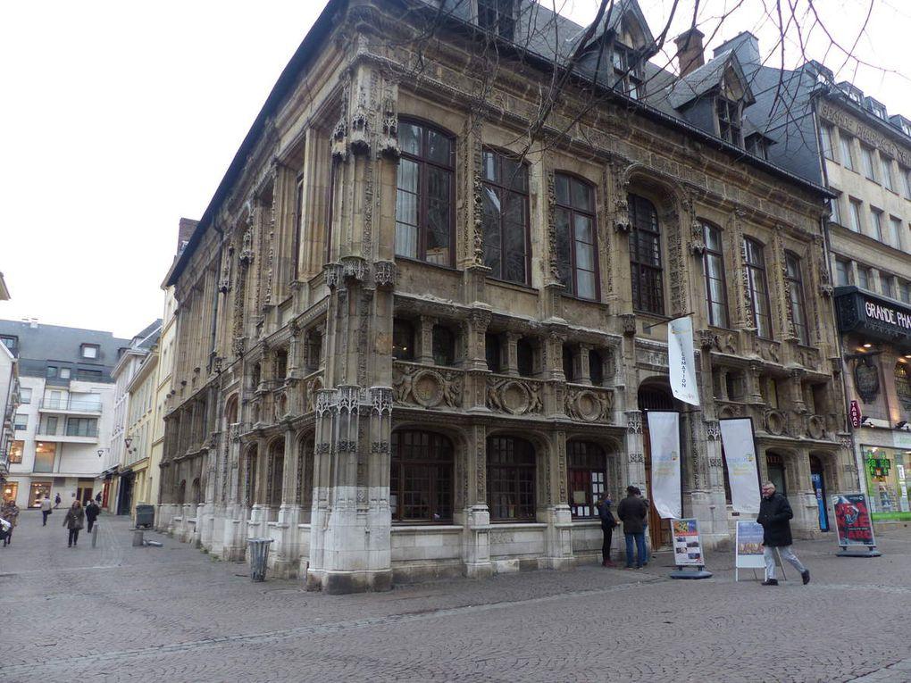 L'office du tourisme, la grande pharmacie... moderne au rez de chaussée et dont l'immeuble a gardé tous les signes du passé, un petit quartier pomulaire où ont résidé Jean Paul Sartre et Simone de Beauvoir, un hôtel particulier maintenant investi par des médecins et un laboratoire d'analyses médicales...