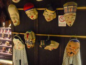 1) masques du magasin de jouêts 2-3) magasins d'objets étrangers 4) Pharmacie
