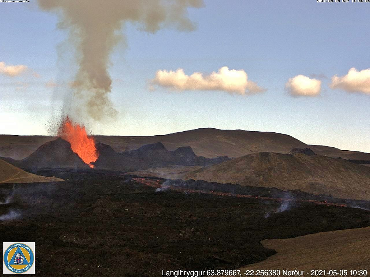 Activity continues in Geldingadalur with smaller lava fountains - webcam_langihryggur N 05.05.2021 / 10.30am