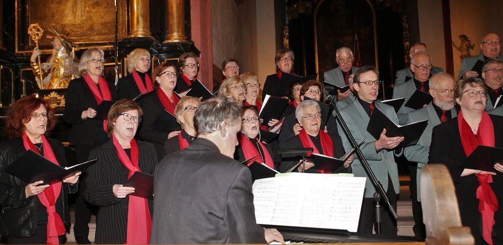 """Die 39 Mitglieder des gemischten Chors glänzten mit Liedern wie """"Advent ist ein Leuchten"""" und  dem ins Ohr gehenden weihnachtlichen Spiritual """"Feliz Navidad"""" von José Feliciano."""