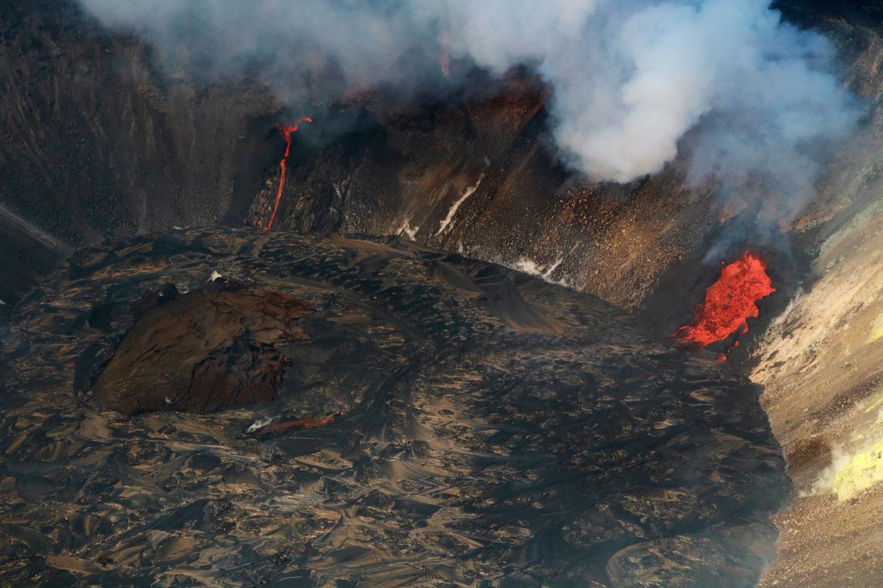 Kilauea - active fissures in Halema'uma'u crater on 12/22/2020 / 11:35 a.m. HST, and the floating island about 17 m high. - photo HVO-USGS