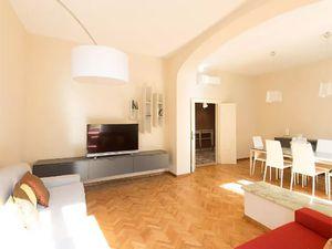 Juste pour info, l'appartement pour 4-5 ou 6 est situé 6 Via Porcellina, c'est un emplacement parfait ! Je me tiens à votre disposition pour le lien.