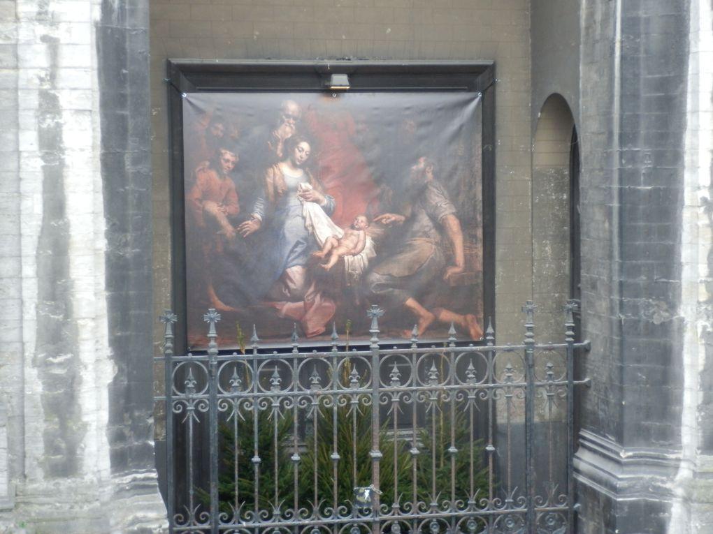 Accrochée sur le parvis de l'église Sainte-Catherine pendant la période de Noël, cette toile est un extrait du tableau d'une nativité partie du patrimoine de l'église.