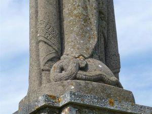 Notre Dame de Bellegarde sur sa stèle - en pied - Sublime fusion de la Mère et de l'Enfant - Serpent foulé du pied de Marie (EVA devient AVE) - Pavés gravés...