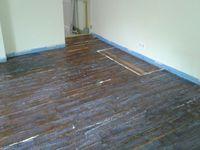 Après avoir nettoyé et boucher toutes interstices, application d'un primaire d'accroche sur un  vieux plancher bois pas très beau  vu son age et son état vétuste.