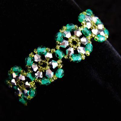 bracelet en perles motif fleuri vert et argent