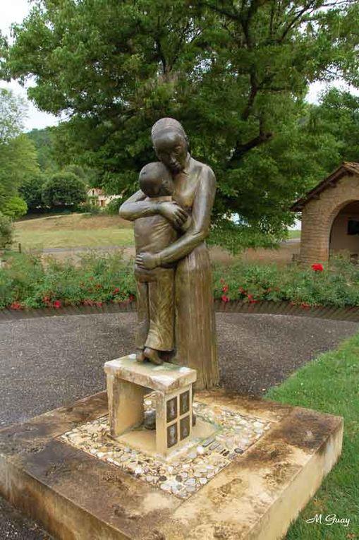 Son mémorial en bordure de route non loin du Château des Milandes en Périgord Noir.