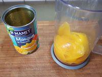 2 - Passer la préparation pour filtrer la noix de coco. Rajouter la gélatine dans la crème seule et remettre à chauffer sur feu moyen jusqu'à ce que la gélatine soit bien dissoute. Répartir dans les verrines inclinées ou dans des verres, laisser refroidir et placer au réfrigérateur pour 4 h minimum (voire toute une nuit). Mixer la mangue fraîche ou en boîte afin d'obtenir un coulis. Sortir les verrines du réfrigérateur.