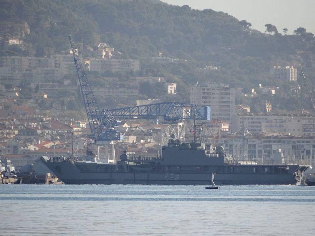 KALAAT BENI RACHED  , batiment de débarquement de la marine algérienne, a quai et appareillant du port de Toulon le 07 octobre 2017