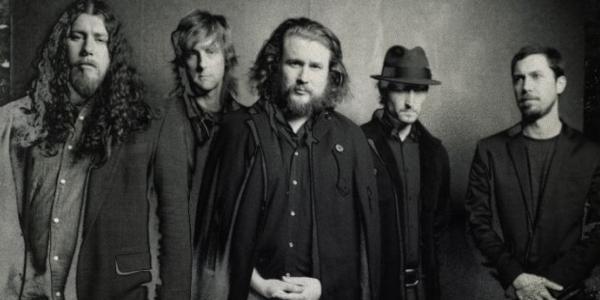 my morning jacket, un groupe de rock américain reconnu pour ses chansons aériennes, atmosphériques avec des incursions plus folk ou country