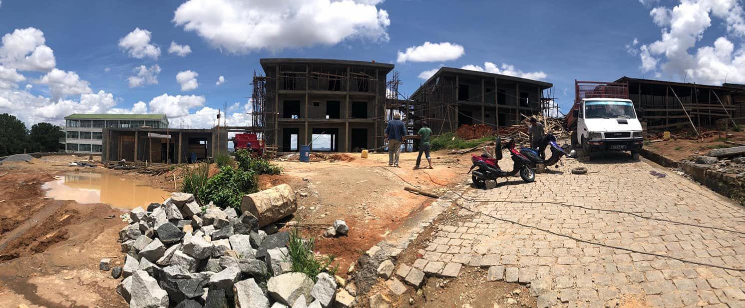 Travaux en construction de l'Hostel du père Pedro, située près de la forêt de Manantenasoa, où le prêtre vincentien de la Congrégation de la Mission célèbre l'Eucharistie tous les dimanches.