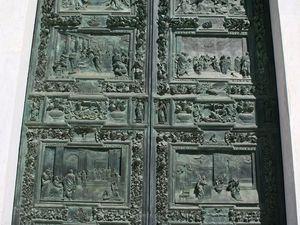 Détails des sculptures des portes d'entrée