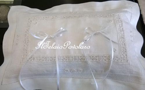 Reticello, punto quadro, punto vapore ed orlo a giorno per un cuscinetto da sposa