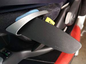 Fixation sur base dans la voiture avec protection latérale LSP ouverte.