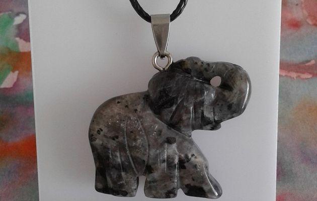 Pendentif elephant en larvikite pierre precieuse de magma de norvege noir gris bleute,avec beilère en acier inoxydable et cordon noir, fermoir mousqueton