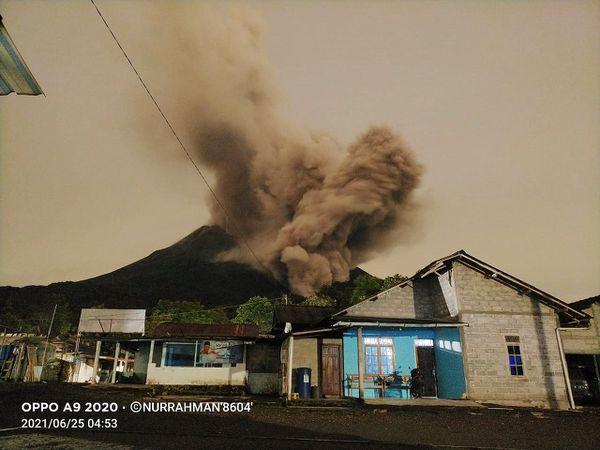 Merapi - 06.25.2021 / 4:53 am to 4:59 am - photos Nurrahman '8604' via Rizal and cam. therm. Panguk TRM Badan Geologi - one click to enlarge