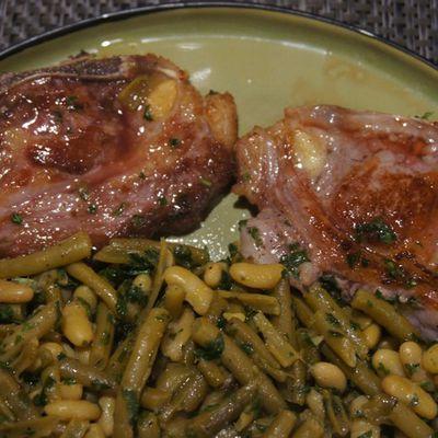 Côtes d'agneau aux flageolets et haricots verts.