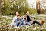 La famille héritière de Suède célèbre la Pentecôte au milieu des anémones