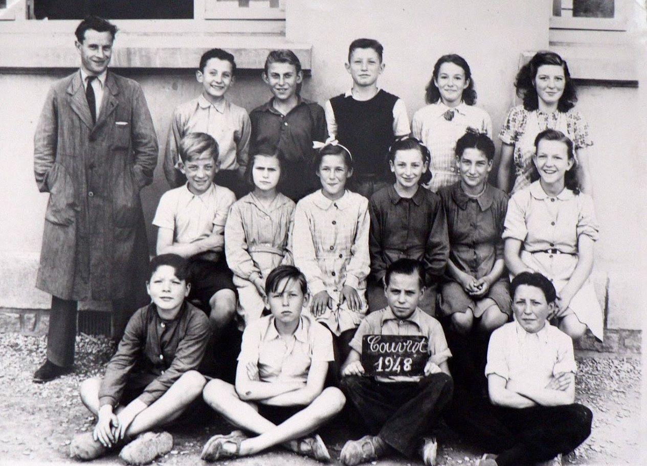 Né le  02 avril 1917, Robert BAUDOT avec ses élèves à Couvrot en 1948.