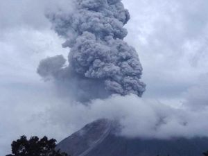 Sinabung - eruption of 14.11.2017 at 13:10 & 14:18 - one click to enlarge -  photos via Mbah Rono / PVMBG