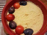 2 - Préchauffer le four th 6 (180°). Laver, sécher et couper les prunes en 2 pour ôter les noyaux. Verser la préparation dans un moule à manqué beurré (en silicone). Bien lisser pour obtenir une surface régulière. Répartir les demies prunes face coupée vers le bas sur la surface de la préparation en alternant les couleurs. Saupoudrer de sucre en poudre et enfourner th 6 (180°) pour 30 à 35 mn (suivant les fours).