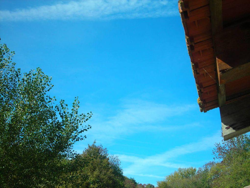 Ciel d'Ariège voilé et assombri par les traînées d'avion