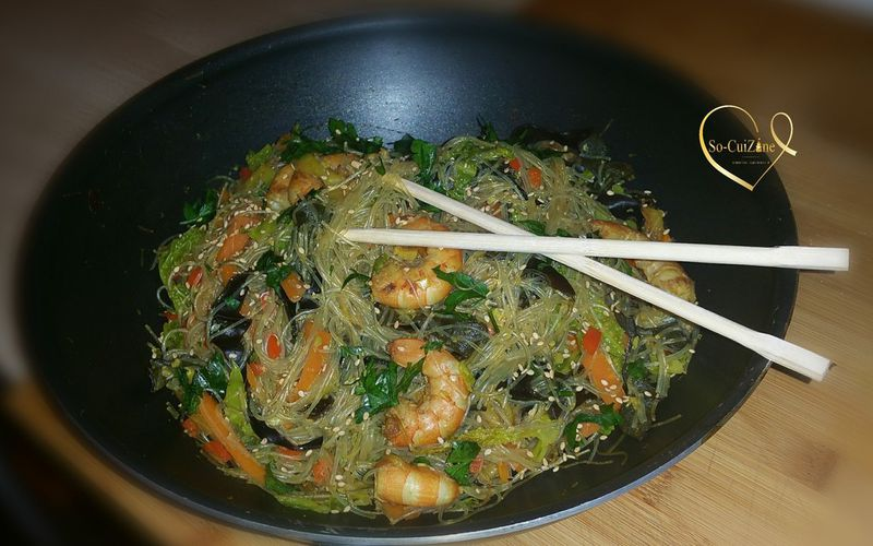 Wok de vermicelles de riz sautés aux crevettes et ses légumes