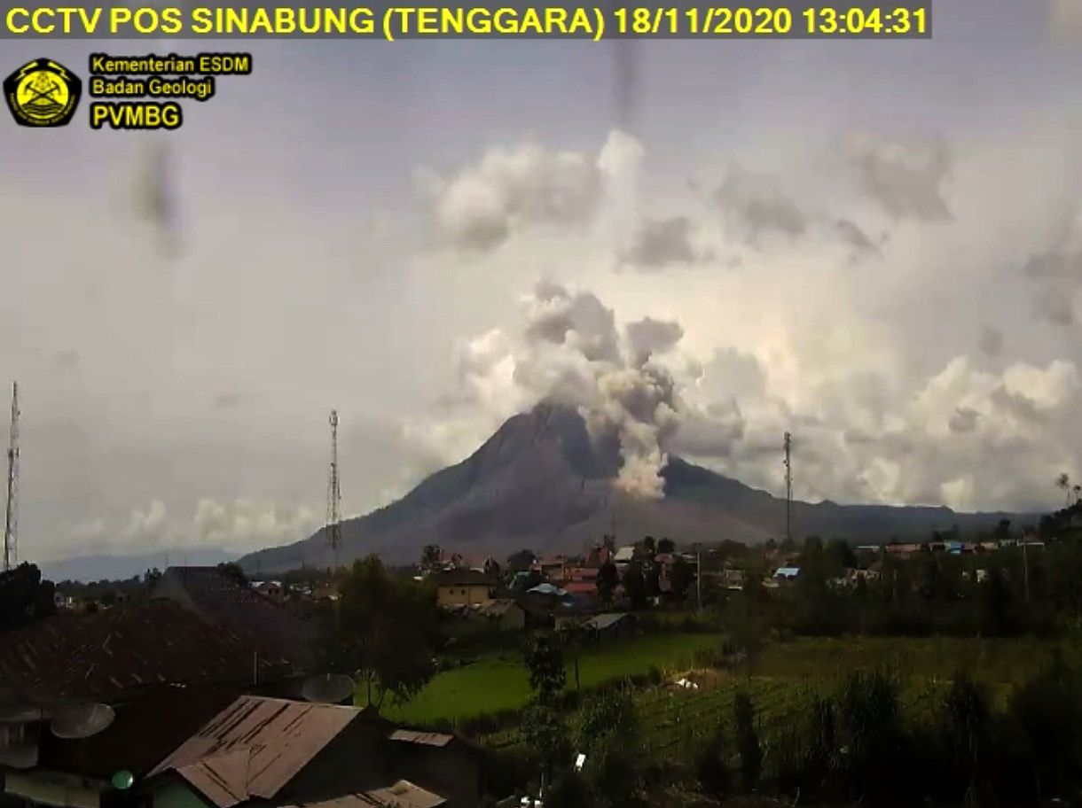 Sinabung - plume and CDPyroclastic on 11/18/2020 / 01;04 WIB p.m. - PVMBG webcam
