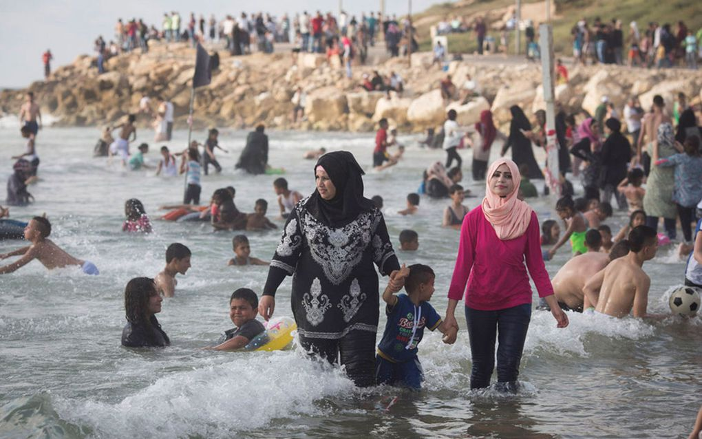 Photos des Palestiniens de Cisjordanie venus fêter la fin du Ramadan sur les plages d'Israël