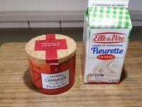 1 - Verser la crème fleurette entière bien froide dans votre robot. Faire tourner le robot avec le fouet à vitesse maximum pendant 25 à 30 mn jusqu'à ce que la préparation s' amalgame dans le fouet, le petit lait restant dans le fond du bol.