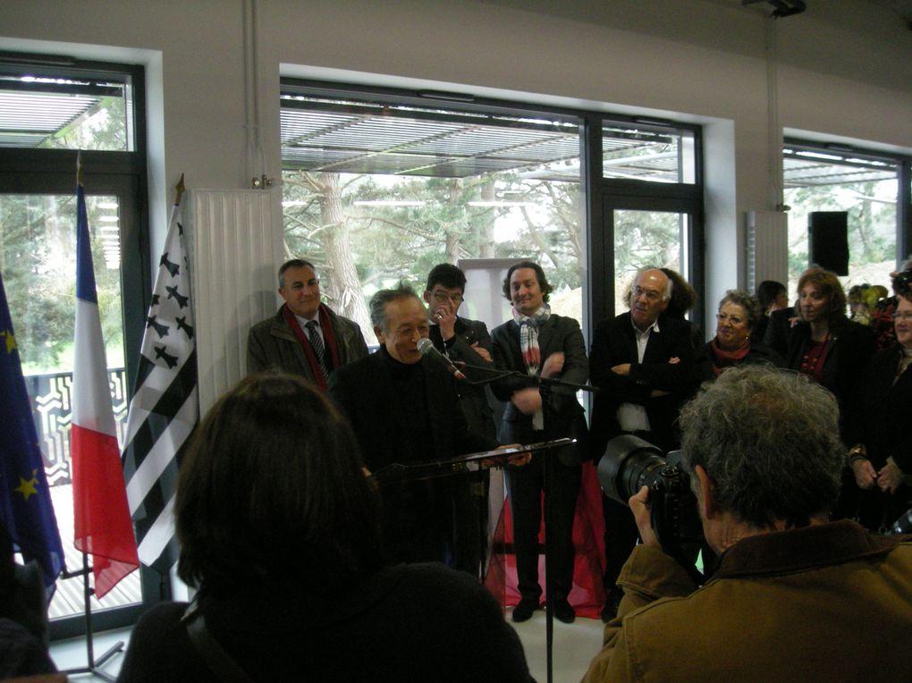 Photos prises le 16 mars lors de l'inauguration de la Médiathèque Gao Xingjian et 2 photos complémentaires (oeuvre peinte de l'artiste et réception du Prix Nobel par l'artiste en 2000 des mains du roi de Su-de Carl Gustav XVI.