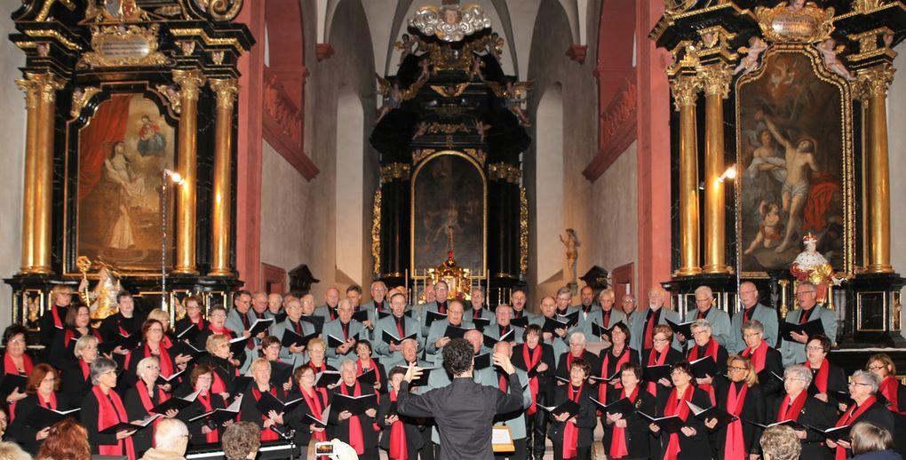 """Klanggewaltig intonierte der Gesamtchor am Ende """"Sterne der heiligen Nacht"""" von V.S. Avsenik. Zum Ausklang sangen dann alle """"´Macht hoch die Tür""""."""