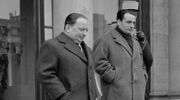 Le garde des Sceaux François Mitterand en 1956, pendant la guerre d'Algérie, avec le ministre résidant en Algérie Robert Lacoste