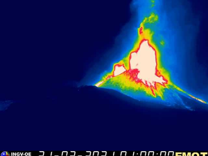Etna - activity on 02.21.2021 at 12:28 am and 1:00 am respectively - Doc. LAVE webcam & INGV OE webcam - one click to enlarge