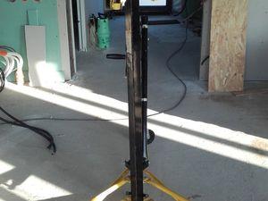 Début de la psoe du placo au plafond à l'aide d'un lève plaque loué sur leboncoin (5€/jour).