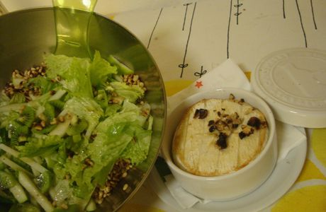Camembert au four & salade kiwi-granny