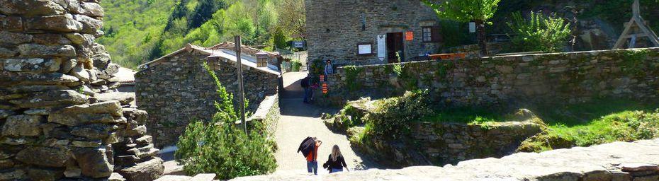 Les ruines du château d'Hautpoul/ Sous la passerelle de Mazamet.