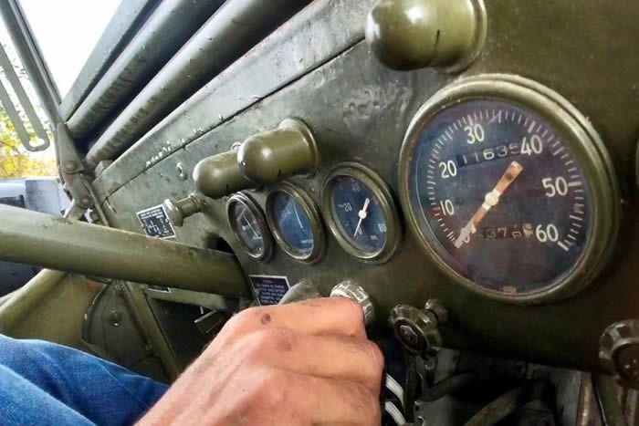 La mécanique des véhicules tout terrain américains demande un peu d'apprentissage. Ici, l'intérieur d'un Dodge Command-Car. • © Cédric Cottaz (FTV)