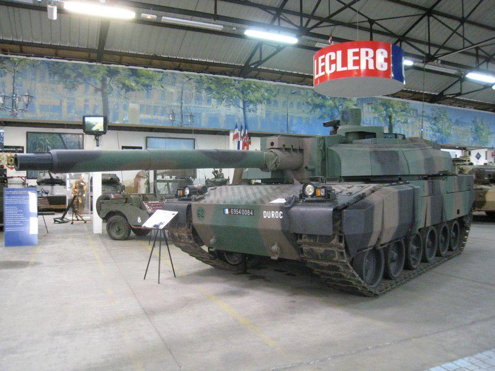 Photos en grand format de blindés du musée de Saumur, caractéristiques données dans l'article 'Musée des blindés de Saumur'.