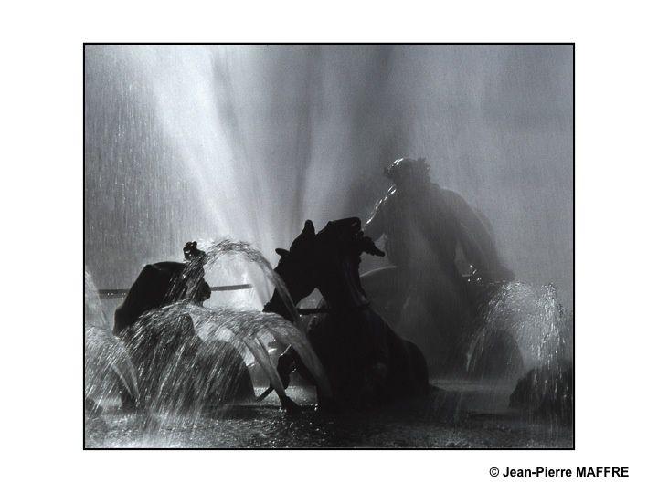 Le groupe en plomb installé au centre du bassin d'Apollon a été redoré dans les années 1980. Apollon surgit de l'eau face au soleil levant monté sur un char tiré par quatre chevaux entourés de quatre tritons et de quatre poissons.