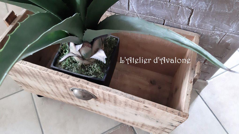 Un cache pot en bois ancien au style atelier vintage