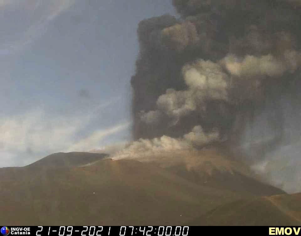 07h42 Etna SEC - émission de cendres et gaz le 21.09.2021 -  INGV webcam Emov0154