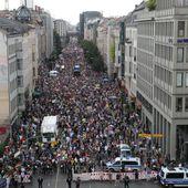 Covid19 - Gigantesque manifestation à Berlin contre la dictature hygiéniste et contre Bill Gates - MOINS de BIENS PLUS de LIENS