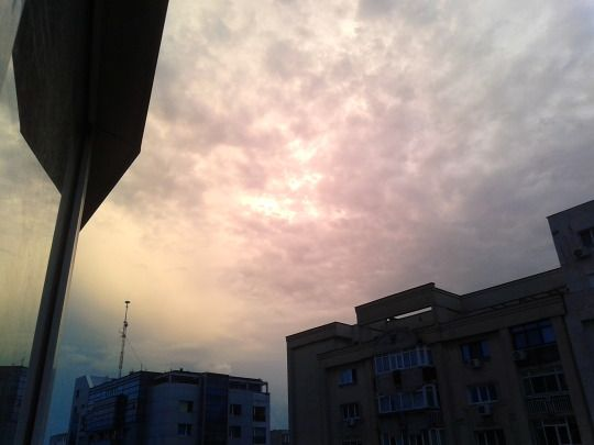 Weird light in the sky, in June 2018, @ 8:49pm in Bucharest. Random unrelated picture.