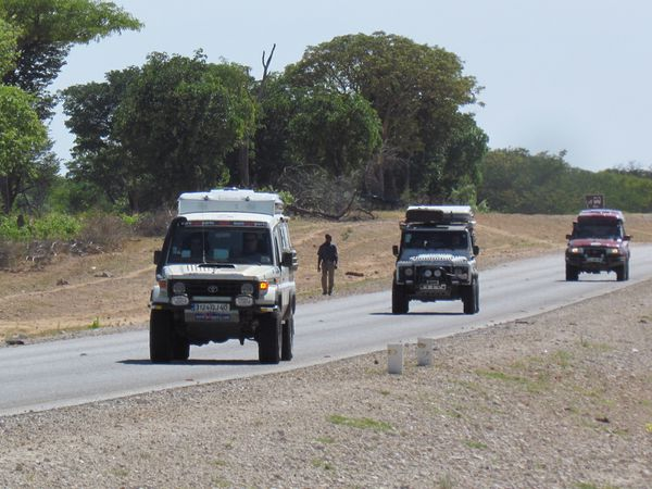 liaison dans la Caprivi, du goudron,des villages en bordure, une durite qui s'échappe...
