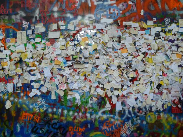 Le mur et le pub à la gloire de John Lennon (qui n'a jamais mis les pieds à Prague).