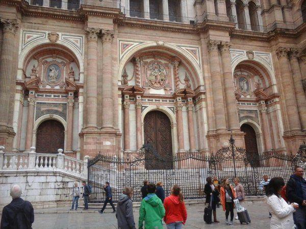 Photos de Malaga+ les arènes romaines + le port + vous avez reconnu St Jacques avec son bourdon dans l'église Santiago Pour JC la photo de monHotel